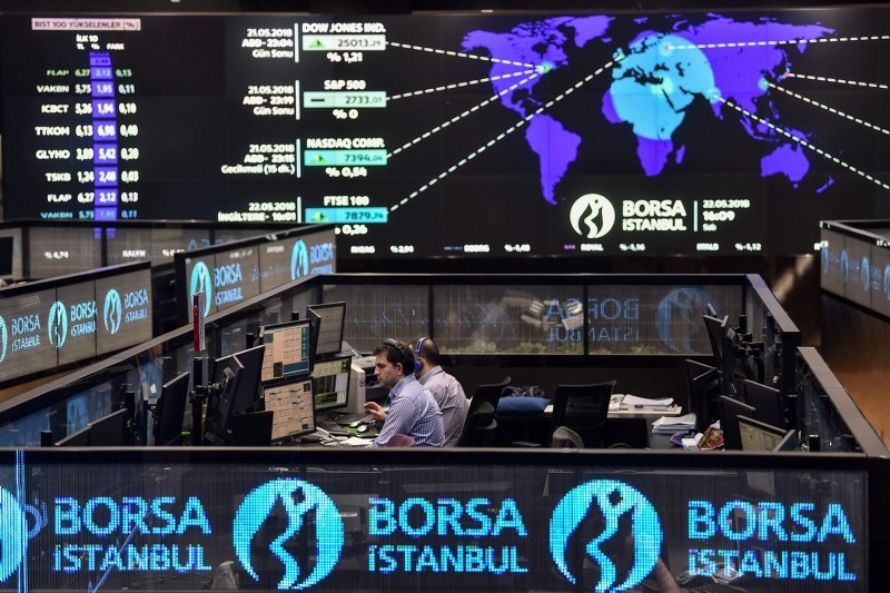 Traders work at their desks on the floor of the Borsa Istanbul, on May 22, 2018. (AFP Photo)