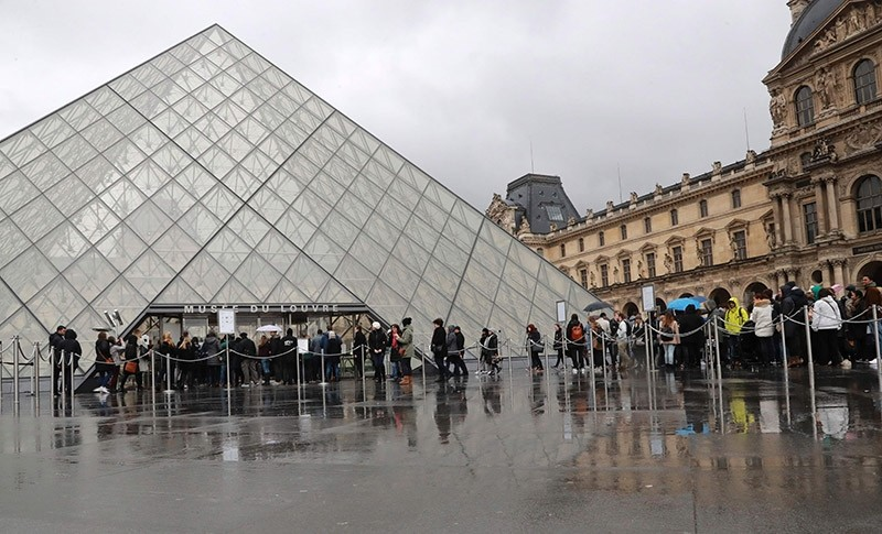 People wait in line in front of the Louvre Pyramid to enter the Louvre Museum in Paris on February 4, 2017. (AFP Photo)