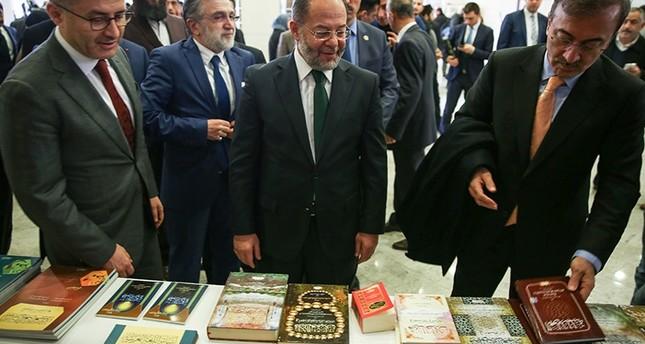 نائب رئيس الوزراء التركي رجب آقداغ يتفقد جناح الكتب العربية في افتتاح مهرجان الثقافة والكتاب العربي 2 مارس 2018 (وكالة الأناضول للأنباء)