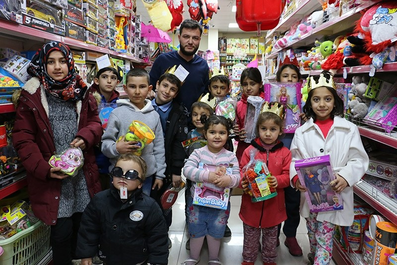 Gu00f6ktau015f offers children, under the age of 11, toys if they can memorized Quran's Asr Surah. Feb. 18, 2017. (AA Photo)