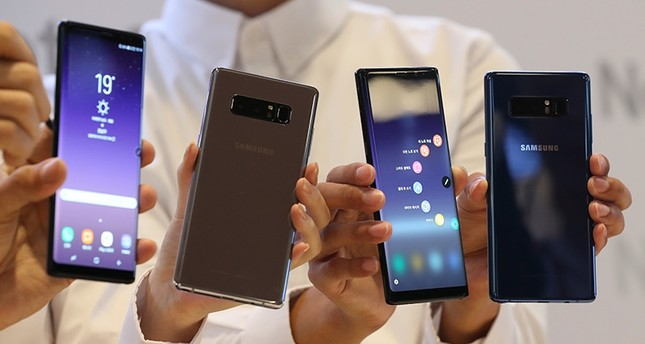 Models hold Samsung Electronics' Galaxy Note 8 for the media during a media day in Seoul, South Korea, Tuesday, Sept. 12 (AP Photo)