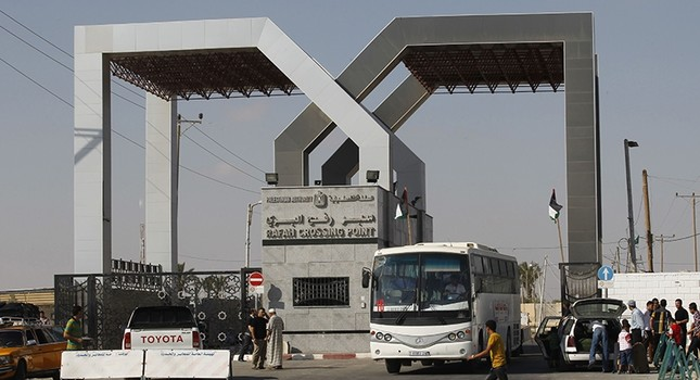 A bus drives through the Rafah border terminal in the southern Gaza Strip on Aug. 24, 2013. (AFP Photo)