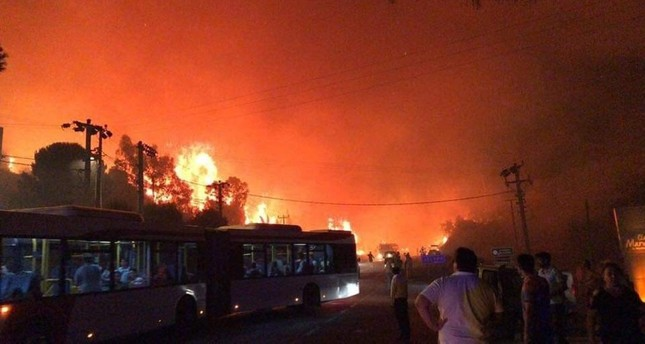 Guests are evacuated from seaside hotels in Izmir's Menderes district as smoke from wildfires blows into vacation towns. (IHA Photo)