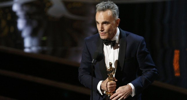 Daniel Day Lewis accepts the Oscar for best actor for his role in Lincoln, at the 85th Academy Awards in Hollywood, California, February 24, 2013. (REUTERS Photo)
