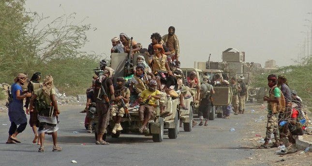 Yemeni pro-government forces gather on the eastern outskirts of Hodeida, Yemen, as they continue to battle for the control of the city from Houthi rebels, Nov. 9, 2018. (AFP Photo)