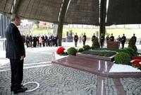Erdoğan visits graves of former leaders in Istanbul