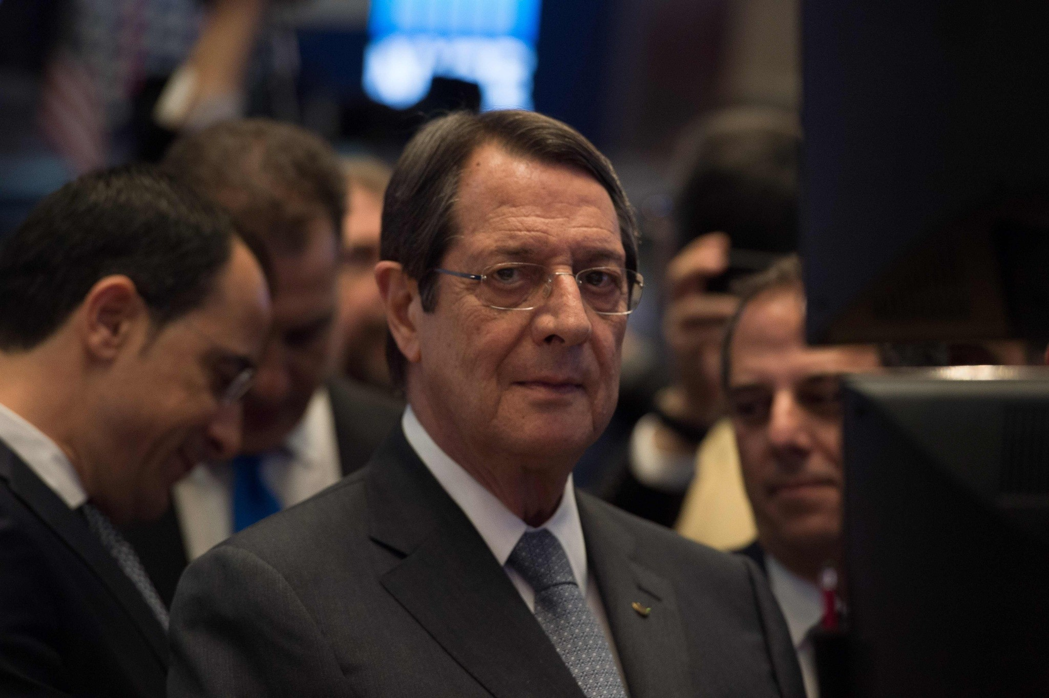 Greek Cypriot leader Nicos Anastasiades (C) walks on the floor before the closing bell of the Dow Jones at the New York Stock Exchange on March 21, 2017 in New York. (AFP Photo)