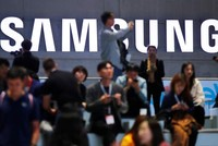 Samsung shuts down phone factory complex in S.Korea over coronavirus fears