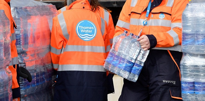 Thames Water operatives collect bottled water for distribution in Hampstead in London, Britain (Reuters Photo)