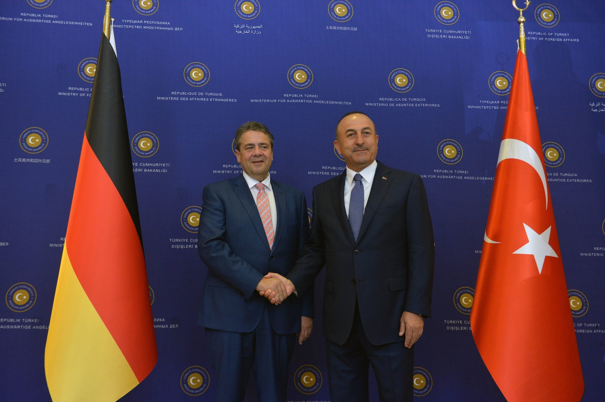 German FM Sigmar Gabriel (L) and Turkish FM Mevlu00fct u00c7avuu015fou011flu pose for photos after holding a joint press conference in Ankara, June 5, 2017. (FILE Photo)