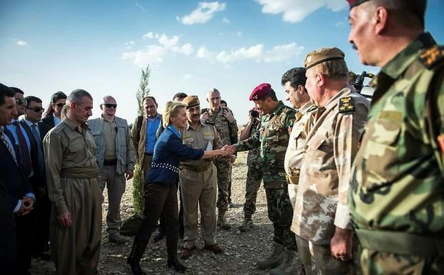 German Minister of Defence Ursula von der Leyen (C) talks to Kurdish Peshmerga Officers at a barracks in Irbil, Iraq, Sept. 25, 2014. (EPA Photo)