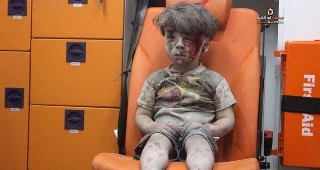 Kleiner syrischer Junge in Schock nach Rettung aus Trümmern