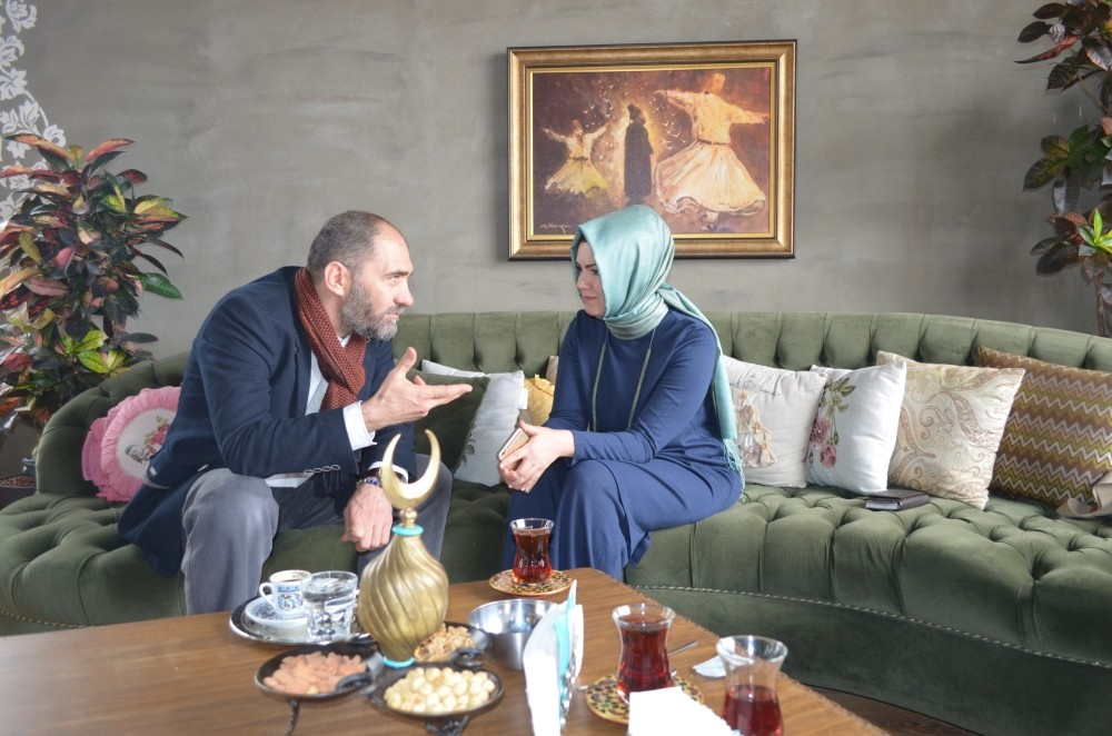 Artist and police officer Ahmet Sula (L) with Daily Sabahu2019s Ayu015fe Betu00fcl Kayahan.