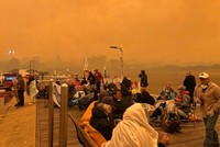 Raging wildfires trap 4,000 at Australian town