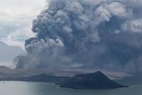 بركان تال الفلبيني يتسبب بإجلاء الآلاف وإلغاء مئات الرحلات الجوية