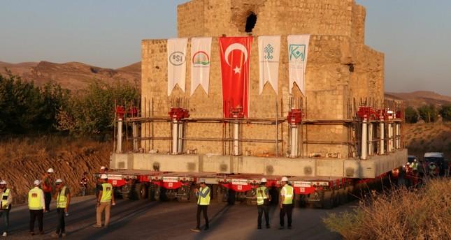 تركيا.. البدء بعملية نقل معقدة لبناء تاريخي يزن 1500 طناً