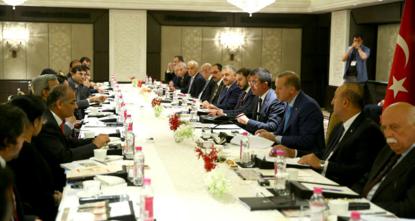 التقى الرئيس التركي رجب طيب أردوغان، اليوم الأحد، عددا من رجال الأعمال الهنود البارزين في العاصمة الهندية نيودلهي.  وجرى اللقاء في فندق