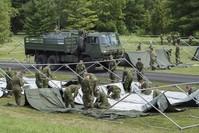 |Soldaten der kanadischen Armee errichten Zelte für Flüchtlinge. (dpa)