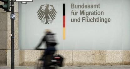 pEine ehemalige Mitarbeiterin des Bundesamtes für Migration und Flüchtlinge (BAMF) soll in 1.200 Fällen Asyl gewährt haben, obwohl die Voraussetzungen nicht gegeben waren./p  pGegen die Leiterin...