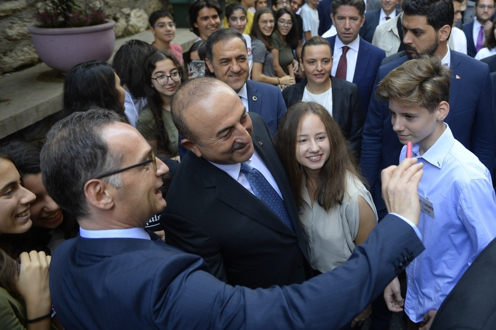 Foreign Minister Mevlu00fct u00c7avuu015fou011flu and German Foreign Minister Heiko Maas take a selfie with the students of the German high school in Istanbul, Sept. 6.