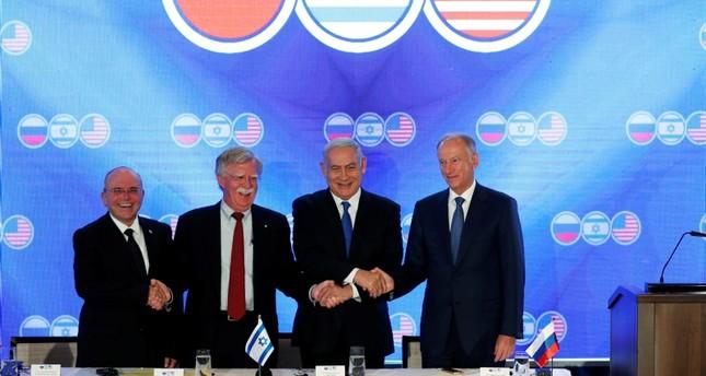 رئيس الوزراء الإسرائيلي بنيامين نتنياهو ومستشار الأمن القومي الأمريكي جون بولتون (وسط)، يصافحان أمين عام مجلس الأمن القومي الروسي نيكولاي بيتروشيف (يمين)  ومستشار الأمن القومي الإسرائيلي مئير بن شابات (يسار) عقب القمة الأمنية الإسرائيلية الأمريكية ال