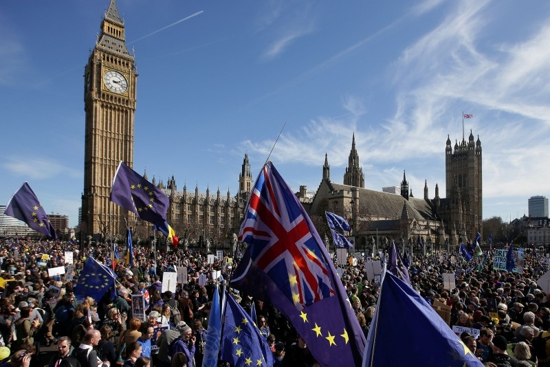 Demonstrators holding EU and Union flags gather in front of the Houses of Parliament in Parliament Square following an anti Brexit, pro-European Union (EU) march in London on March 25, 2017. (AFP Photo)