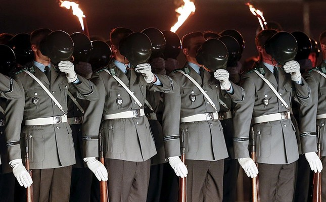Soldiers remove helmets to pray during a Great Tattoo of the German Armed Forces Bundeswehr in front of the Reichstag building in Berlin, Germany, November 11, 2015. (Reuters Photo)