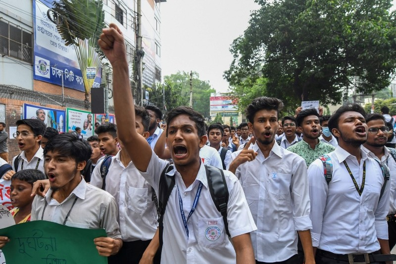 Bangladeshi students march along a a street during a student protest in Dhaka on August 4, 2018, following the deaths of two college students in a road accident. (AFP Photo)