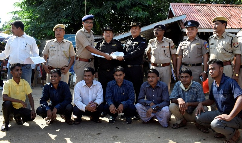 The seven Rohingya men to be deported sit as Indian and Myanmar security officials exchange documents before their deportation on India-Myanmar border at Moreh in the northeastern state of Manipur, India, October 4, 2018. (Reuters Photo)