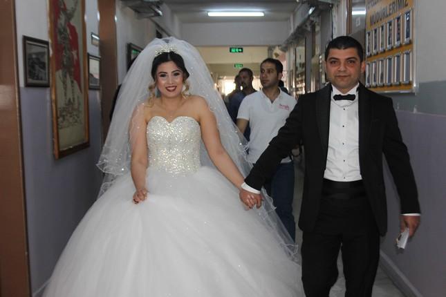 Ein weiteres Paar in der südlichen Provinz Aydın gab ihre Stimmen vor der Hochzeit ab (IHA Foto)
