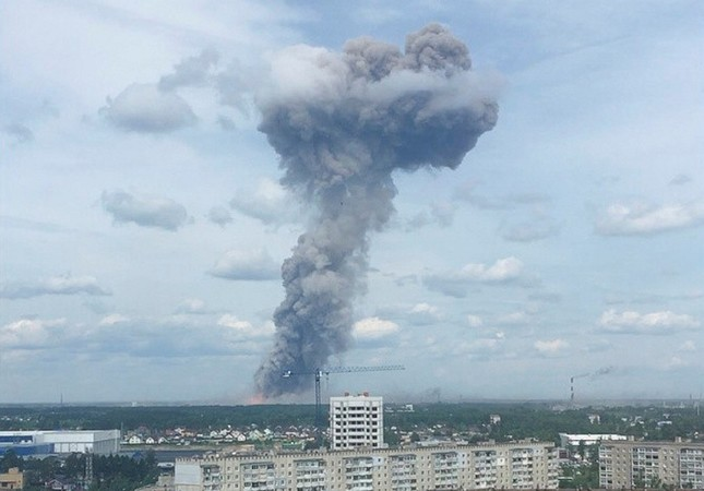 A still image, taken from a video footage, shows smoke rising from the site of blasts at an explosives plant in the town of Dzerzhinsk, Nizhny Novgorod Region, Russia June 1, 2019 (AFP Photo)