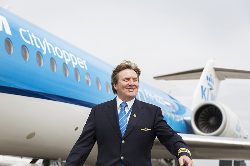This handout photo taken on May 16, 2017 and provided by the KLM Royal Dutch Airlines on May 17, 2017 shows Dutch King Willem-Alexander posing in front of a KLM Cityhopper aircraft at Schiphol Airport, near Amsterdam. (AFP Photo)