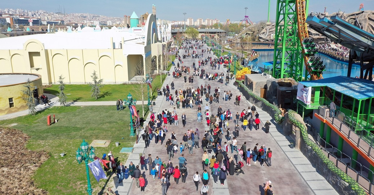 Built on 1.3 million square meters, the park boasts 26 large rides and 2,117 smaller rides housed in 13 huge tents and a large outdoor area.
