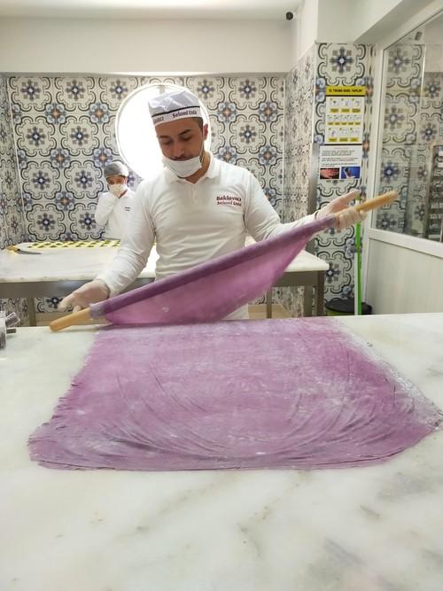 """صانع حلويات تركي ينتج بقلاوة بنفسجية"""" لمرضى السكري"""