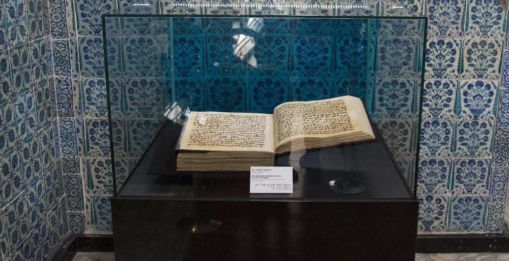 At Topkapu0131 Palace in Istanbul, there is a very old copy of the Quran that is referred to have belonged to Caliphate Uthman.