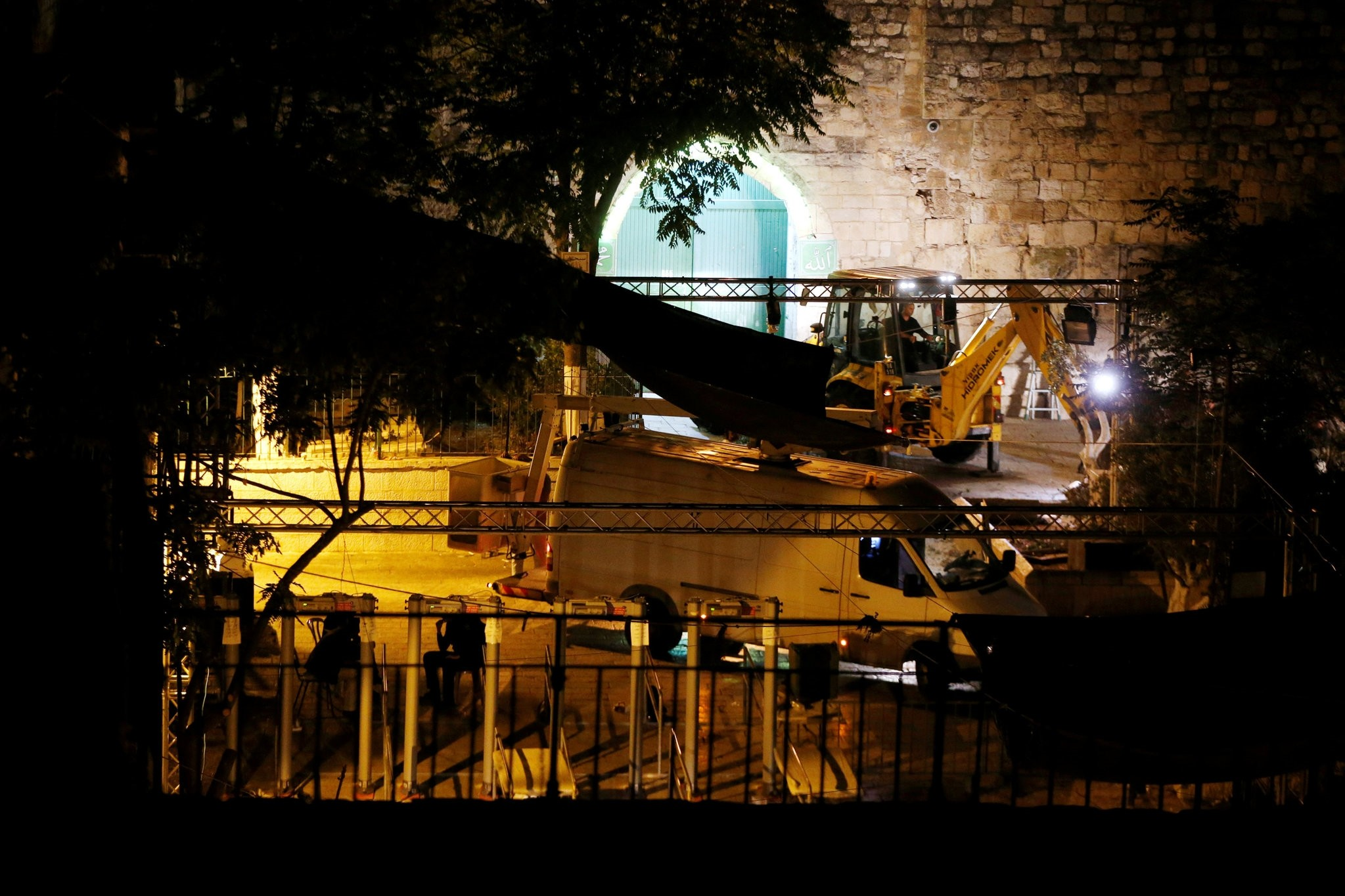 Israeli security forces stand next to heavy machinery as metal detectors that were recently installed are seen at an entrance in Jerusalem's Old City July 25, 2017. (REUTERS Photo)