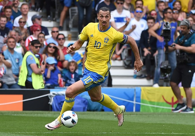 Sweden's forward Zlatan Ibrahimovic runs with the ball during the Euro 2016 group E football match between Italy and Sweden at the Stadium Municipal in Toulouse on June 17, 2016. (AFP Photo)