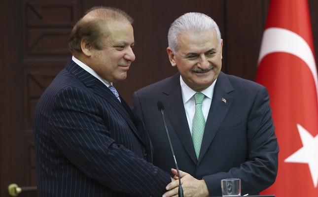 Pakistani Prime Minister Nawaz Sharif (L) with Prime Minister Yıldırım at a joint press conference yesterday.