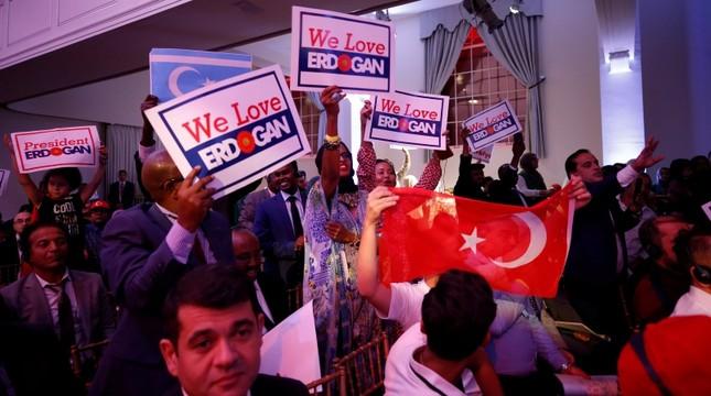 Mit Fahnen und Plakaten wird Präsident Erdoğan begrüßt: Hier in einer Rede bei einem Treffen des türkisch-amerikanischen Steuerungskomitees (TASC) in New York. Hauptgrund für seine US-Reise war die Teilnahme an der UN-Generalversammlung. (AA)