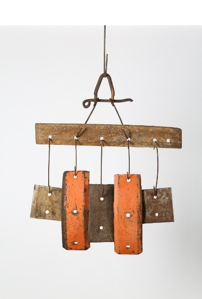 Having produced his work with iron, traverses and wooden pieces found near old, unused railways, Kuman evaluated the interactions of his work with wind, water and heat as part of the sculpture.