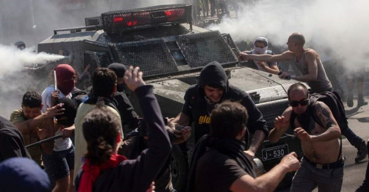 Demonstrators clash with a riot police during protests, Santiago, Oct. 20, 2019. (AFP / Photo)