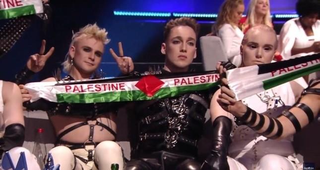 الفريق الأيسلندي للأغنية الأوروبية يرفع علم فلسطين في يوروفيجن بتل أبيب