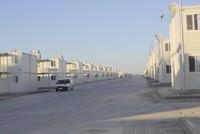 تفتتح تركيا قريبا مخيما جديدا للاجئين السوريين مكون من مساكن مسبقة الصنع، في ولاية عثمانية جنوبي البلاد، يسع لــ 16 ألفا و760 لاجئا.  وقد استُكلمت حوالي 95% من أعمال إنشاء المخيم الذي اتُخذ قرار...