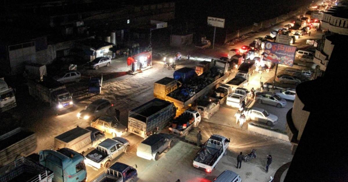Heavy traffic flow along the road between the towns of Sarmada and Dana in the northern part of Syria's northwestern Idlib province, as people flee advancing Syrian government forces in Idlib and Aleppo provinces. (AFP Photo)