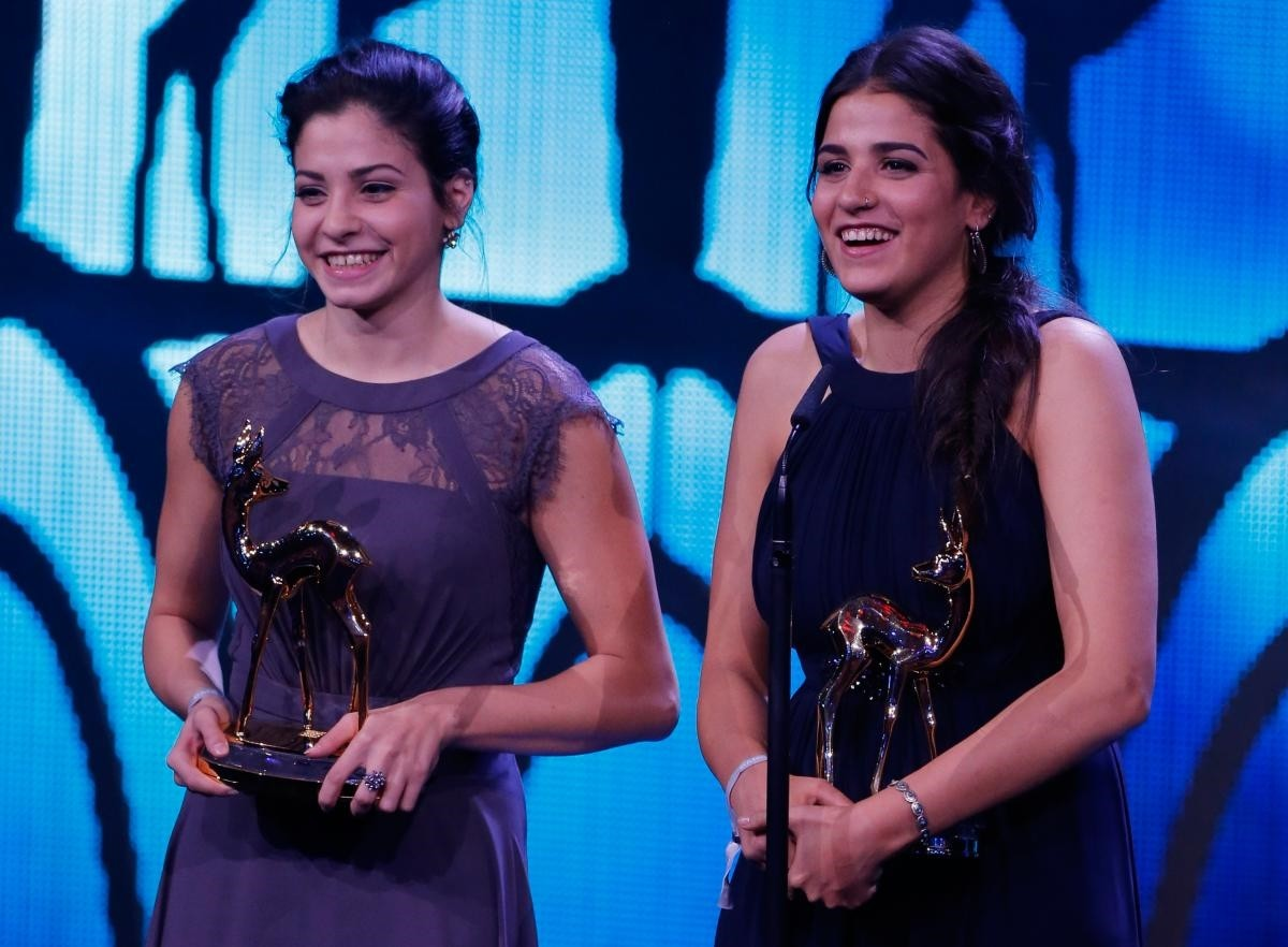 Syrian refugee swimmers Yusra and Sarah Mardini (L) receive the Silent Heroes Award during the Bambi 2016 media awards ceremony in Berlin, Germany, on November 17, 2016. (REUTERS Photo)
