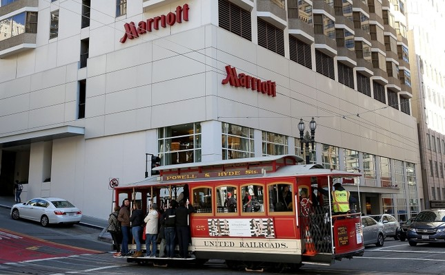 A cable car passes in front of a Marriott hotel in San Francisco, Calif., Nov. 16, 2015. (AFP Photo)