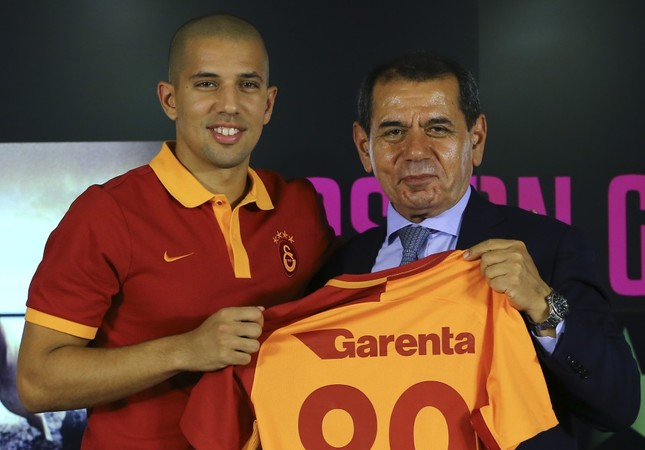 Galatasaray's new signing Feghouli poses with Chairman Dursun Özbek.