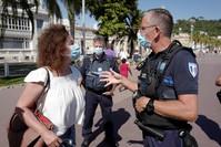 دوريات للشرطة الفرنسية لمراقبة احترام ارتداء الكمامة الفرنسية