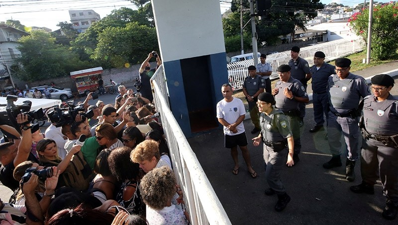 A military police officer (R) talks with relatives of police officers who are blocking the main entrance of police headquarters, during a police strike over wages, in Vitoria, Espirito Santo, Brazil February 11, 2017. (Reuters Photo)