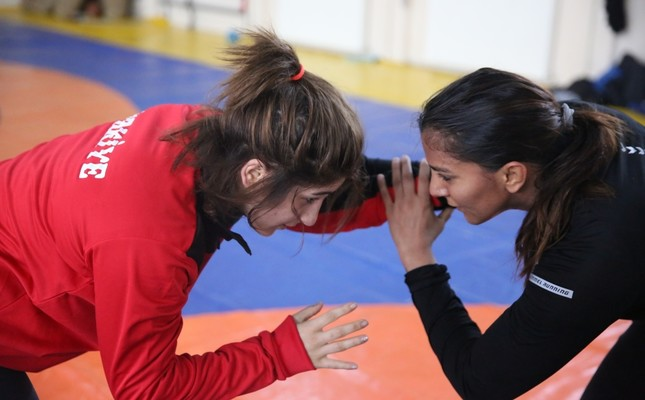 Geeta Phogat (R) trains with Turkish wrestlers in Edirne, Feb. 25, 2019.